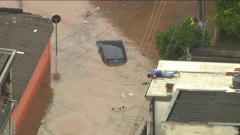 Carro é encoberto pela água na Zona Norte de São Paulo nesta terça-feira (20). — Foto: Reprodução/GloboNews