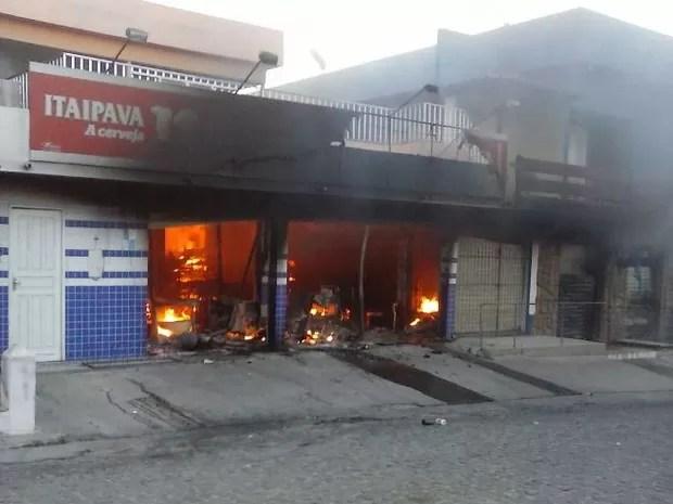 Incêndio começou por volta das 17h30 e ninguém ficou ferido (Foto: Divulgação/Leitor)