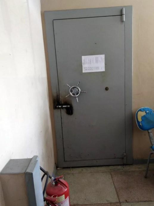 Cofre suspostamente usado como cela foi usado em delegacia de Barra de Santa Rosa (Foto: Ronaldo Jordão/Arquivo Pessoal)