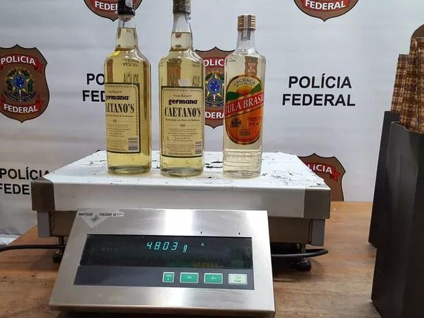 Garrafas de cachaça continuam cocaína diluída (Foto: Polícia Federal/Divulgação)