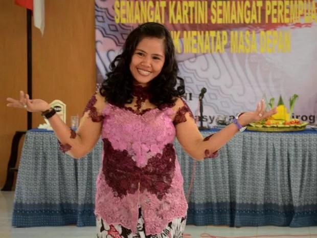 A filipina Mary Jane Veloso, em foto de 21 de abril, durante celebração do Kartini Day, em homenagem à ativista dos direitos femininos Raden Kartini, na prisão Yogyakarta (Foto: AFP Photo/Tarko Sudiarno/Files)