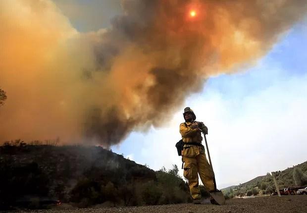 Bombeiro em incêndio em Long Beach, na Califórnia, no dia 3 de agosto de 2015 (Foto: Kent Porter/The Press Democrat via AP)