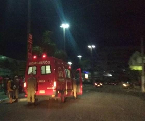 Motorista de ônibus morreu após ser atropelado na madrugada desta quinta-feira (14) em Cabo Frio (Foto: Internauta)