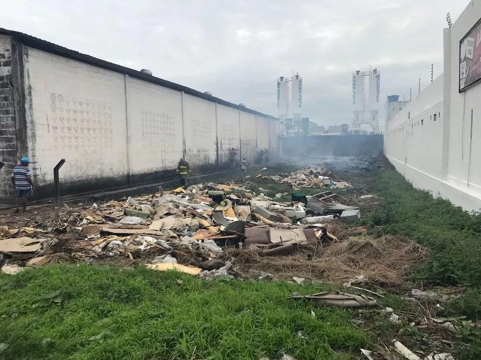Incêndio aconteceu em depósito, na BR-230, em Cabedelo (Foto: Walter Paparazzo/G1)