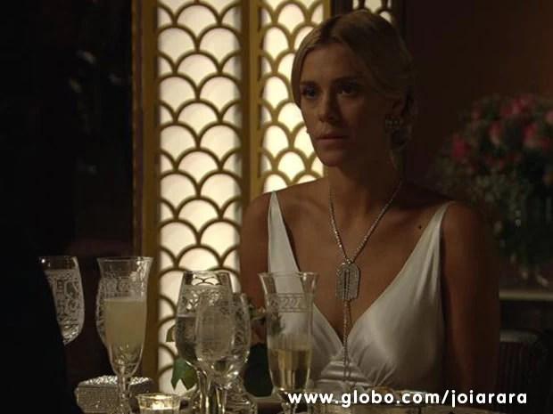 Linda e deslumbrante, Iolanda sai para jantar com Ernest achando que é uma reunião de negócios (Foto: Joia Rara/ TV Globo)