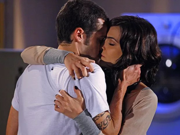Que beijaço! Liara e Rodinei se encaixam de cara (Foto: Cheias de Charme / TV Globo)