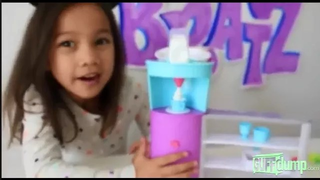 O vídeo inocente de uma criança com seu slime rapidamente se transforma num filme de terror (Foto: Reprodução YouTube)