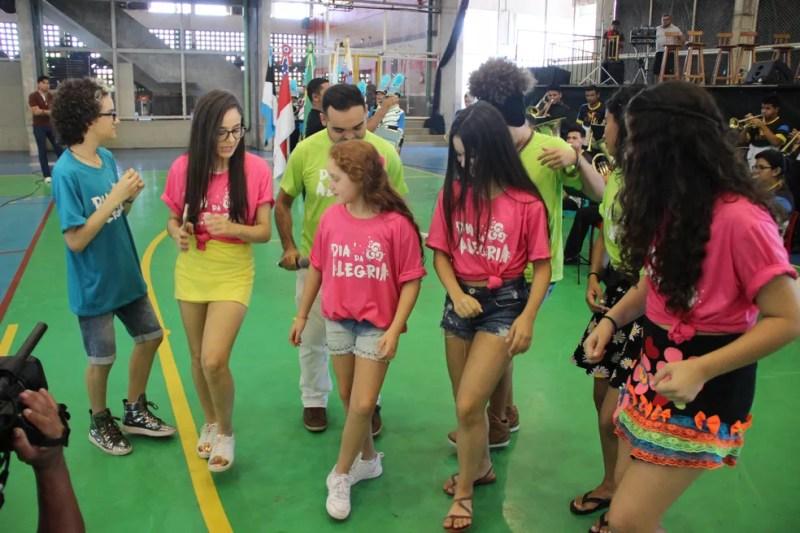 Oyama se divertiu com a turma do The Voice Kids (Foto: Matheus Castro/Rede Amazônica)