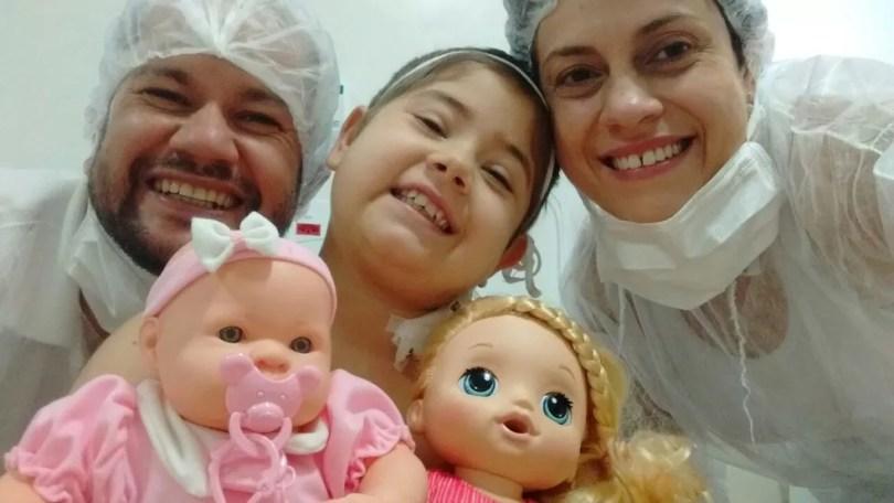 Júlia Abrame com os pais Antônio Sérgio e Adriana Abrama (Foto: Arquivo pessoal/Adriana Abrame)