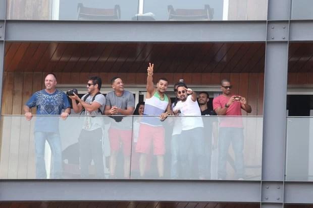 Will Smith com Naldo na sacada do hotel (Foto: André Freitas / AgNews)