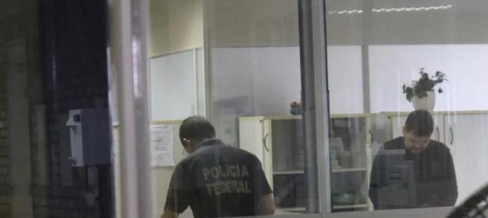 Policias federais cumprem mandado na Seinfra, em Teresina — Foto: Lorena Linhares/G1