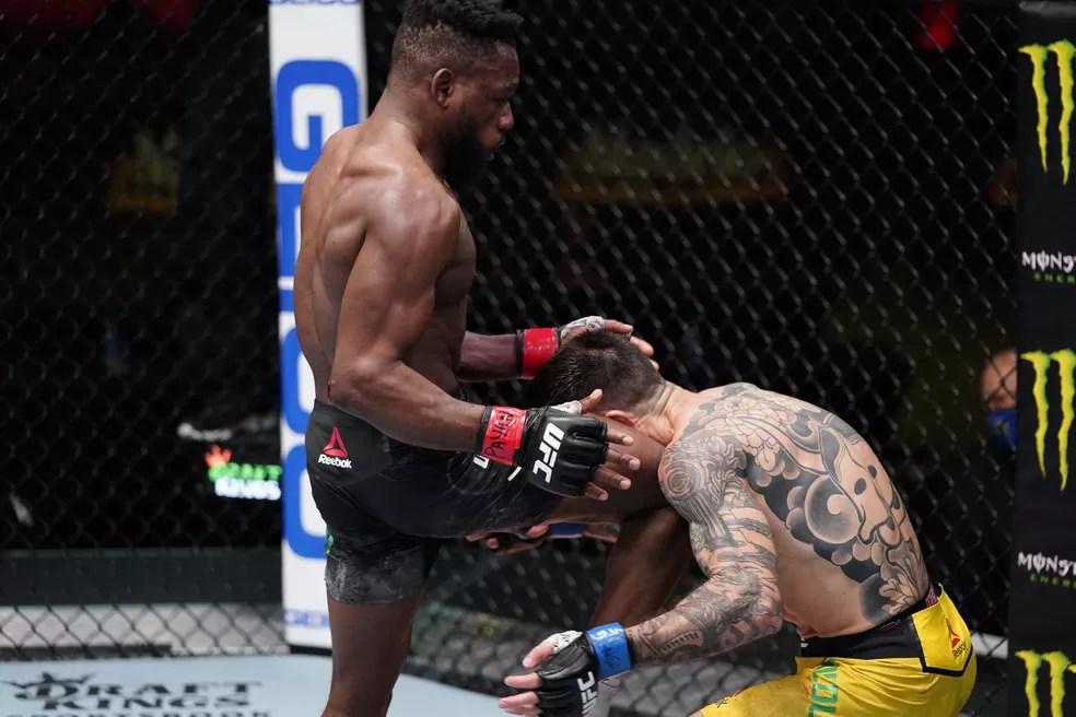 Manel Kape acerta uma joelhada de encontro em Matheus Nicolau no UFC Edwards x Muhammad — Foto: Getty Images