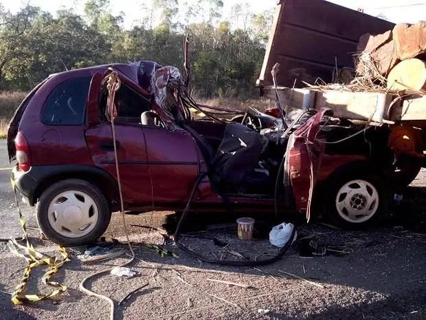 Carro com placa de Contagem teve a frente destruída (Foto: Divulgação / Polícia Rodoviária Federal)