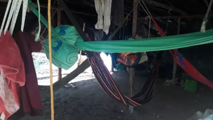 Trabalhadores dormiam em redes cobertas apenas por uma lona de plástico, em fazenda do Piauí — Foto: Divulgação