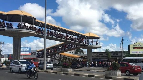Pessoas em busca de emprego formaram fila gigante em Salvador na sexta-feira (27) (Foto: Juliana Cavalcante/TV Bahia)