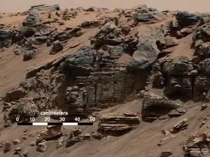 Rocha em camadas fotografada por câmera no robô Curiosity em 7 de agosto mostra um padrão típico de fundo de lago (Foto: Nasa/JPL-Caltech/MSSS)