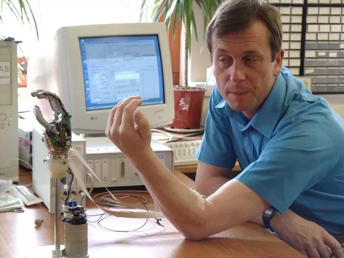 Professor de universidade realiza pesquisa sobre implante ciborgue (Foto: Reprodução/Universidade de Reading)