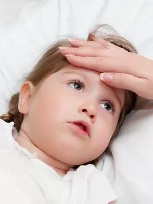 Criança doente com dor de cabeça (Foto: Shutterstock)