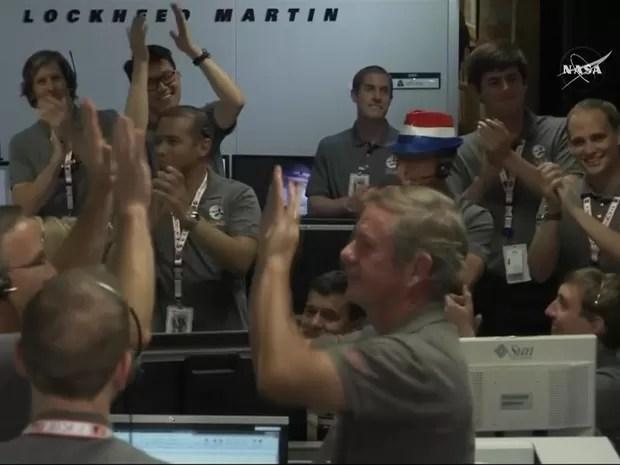 Após vários minutos de apreensão, pesquisadores em centro de controle na Califórnia explodiram em alegria (Foto: BBC)
