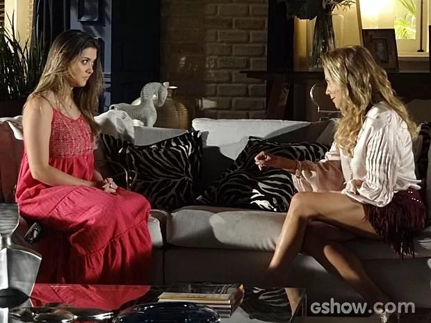 Shirley avisa que Luiza não gosta do rapaz (Foto: Em Família/TV Globo)