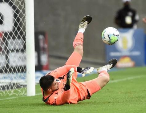 Atuações do São Paulo: Tiago Volpi pega dois pênaltis e dá assistência em goleada no Flamengo | são paulo | ge