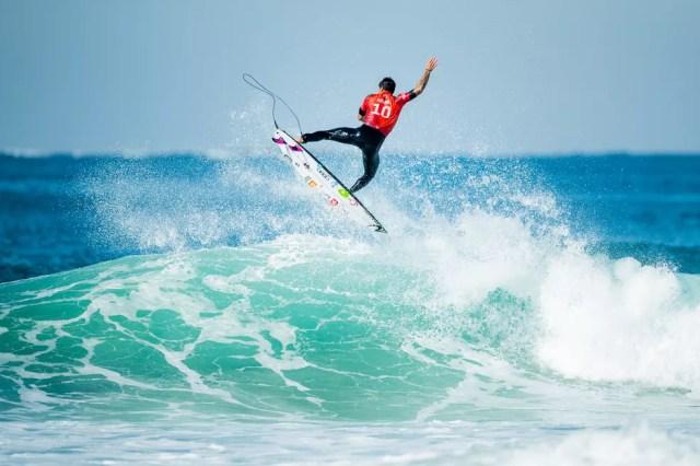 Gabriel Medina enfileirou aéreos até o título — Foto: Matt Dunbar/World Surf League via Getty Images