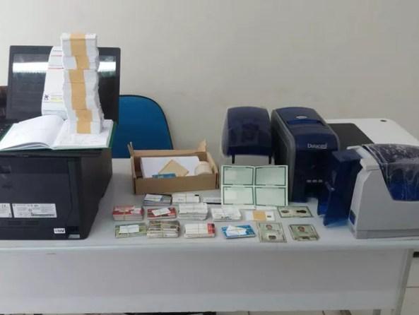 Material apreendido pela a polícia durante a prisão em flagrante do estelionatário (Foto: Divulgação/Polícia Civil)