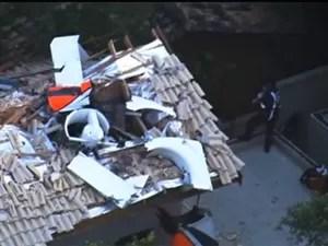 O helicóptero onde estava Thomaz Alckmin, filho do governador de São Paulo, Geraldo Alckmin (PSDB), caiu sobre uma casa em Carapicuíba, na Grande São Paulo (Foto: Reprodução/TV Globo)