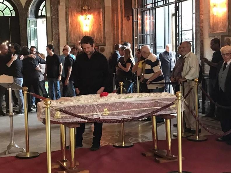 Ator Selton Mello cumprimenta a família e dá adeus a Lúcio Mauro — Foto: Raísa Pires / G1