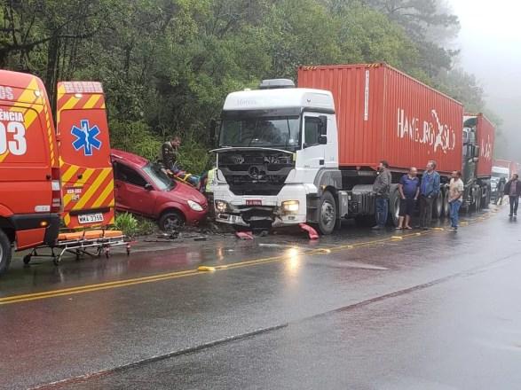 Mulheres que estavam no carro não resistiram aos ferimentos após batida em SC. — Foto: Lisandra Oliveira/NSC TV