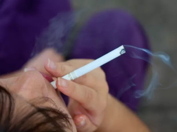 -HN- Mulher fuma um cigarro (Foto: Marcos Santos/USP Imagens)