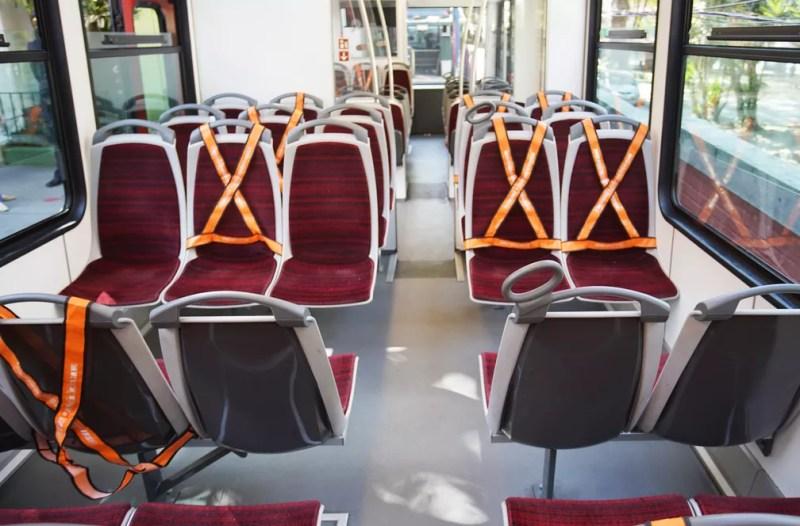 Trem do Corcovado vai circular com janelas abertas e tem assentos interditados para manter o distanciamento social — Foto: Marcos Serra Lima/G1