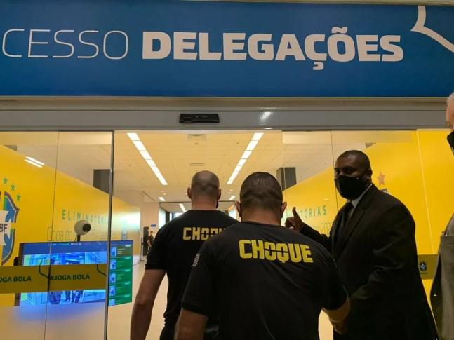 Agentes policiais entram na Neo Química Arena — Foto: Bruno Giufrida