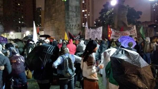 Grupo protesta contra o presidente Michel Temer em Curitiba (Foto: Bronson Almeida/RPC)