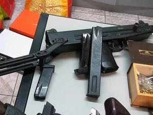 Investigador preso em Mongaguá, SP, possuía um verdadeiro arsenal (Foto: Reprodução/TV Tribuna)