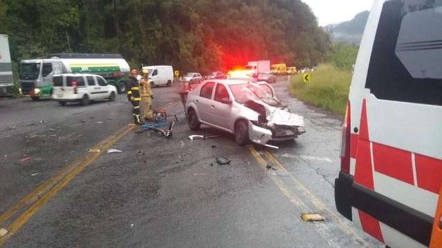 Carro ficou com a parte dianteira danificada no acidente  — Foto: CRBM/Divulgação