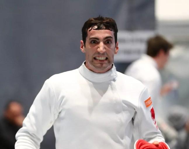 Alen Hadzic, esgrimista americano acusado de importunação sexual, durante competição em 2020 — Foto: Devin Manky/Getty Images