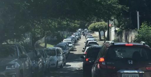 Fila registrada no drive thru do Via Direta antes das 8h — Foto: Cedida