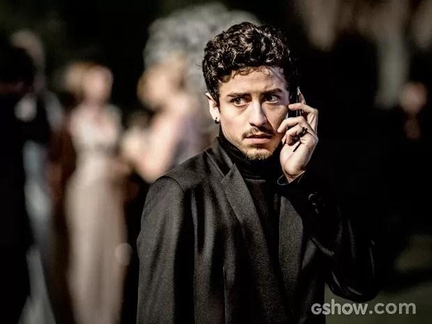 Alain recebe ligação na festa (Foto: Fábio Rocha / TV Globo)