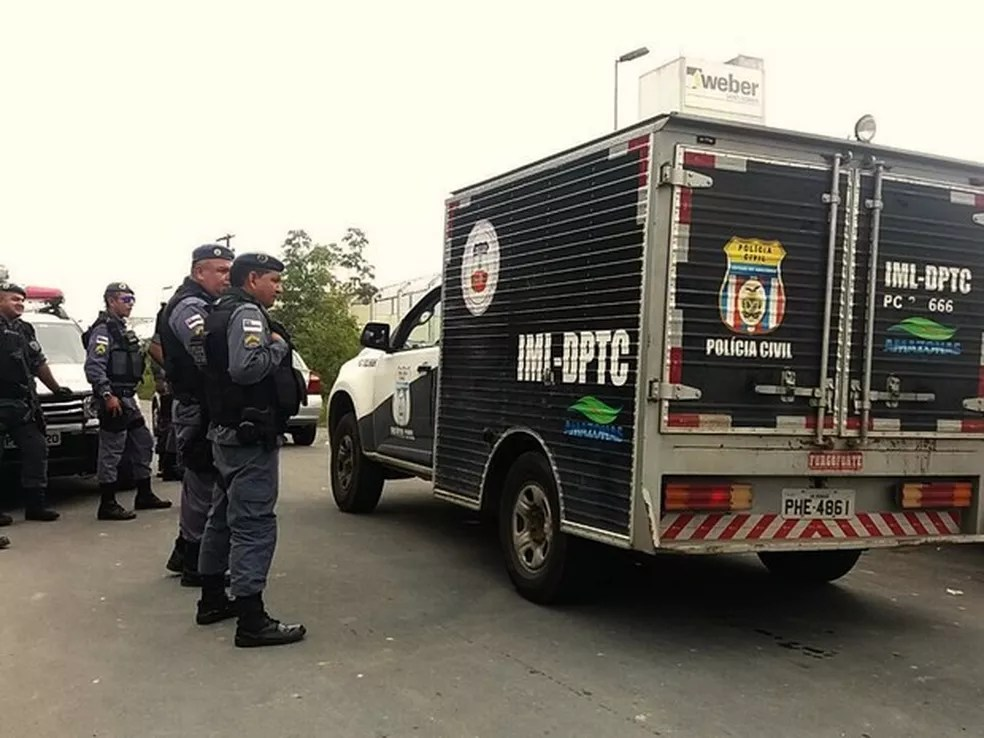 Carros do IML chegam ao presídio em Manaus para retirar corpos de presos (Foto:  Suelen Gonçalves/G1 AM)