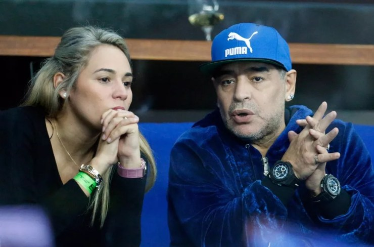 Maradona ao lado da sua companheira, Rocio Oliva, durante jogo da Copa Davis  — Foto: Darko Bandic/AP