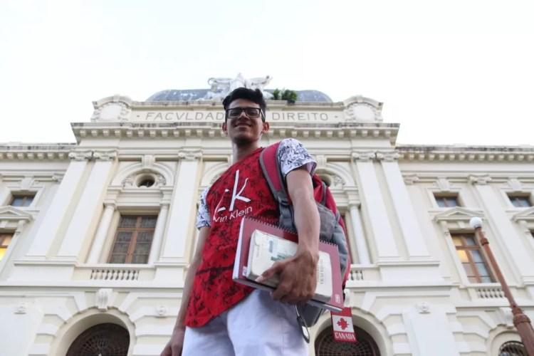 Carlos Eduardo concluiu o ensino médio em uma escola integral, fez intercâmbio no Canadá e estuda direito na UFPE — Foto: Aldo Carneiro/Pernambuco Press