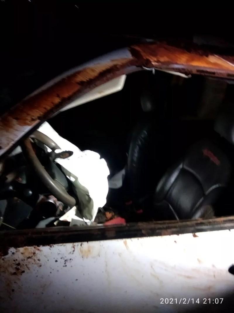 Carro em que estavam as duas jovens ficou bastante danificado — Foto: Polícia Militar Rodoviária/Divulgação