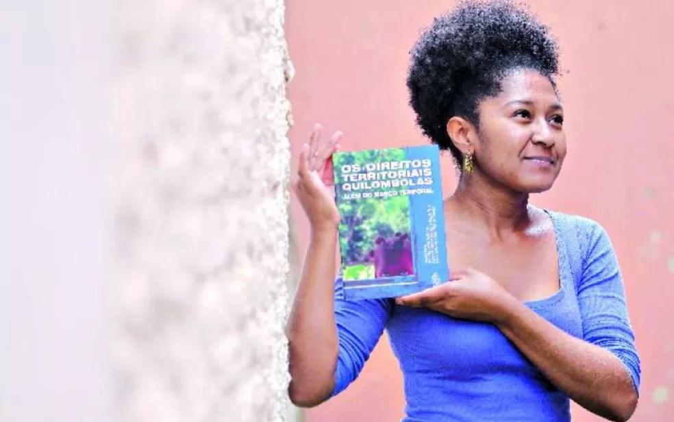 A advogada Vercilene Dias, que é considerada a primeira mulher quilombola com mestrado em direito no Brasil após defender dissertação na Universidade Federal de Goiás (UFG)  — Foto: Marcello Dantas/O Popular