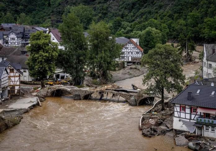 Ponte sobre o rio Ahr destruída pela força da água em Schuld, na Alemanha, em 15 de julho de 2021 — Foto: Michael Probst/AP