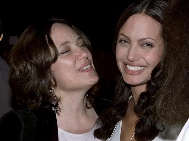 Angelina Jolie ao lado de sua mãe, Marcheline Bertrand, durante a pré-estreia do filme 'Pecado original', em julho de 2001, em Hollywood (Foto: REUTERS/Fred Prouser/Files)