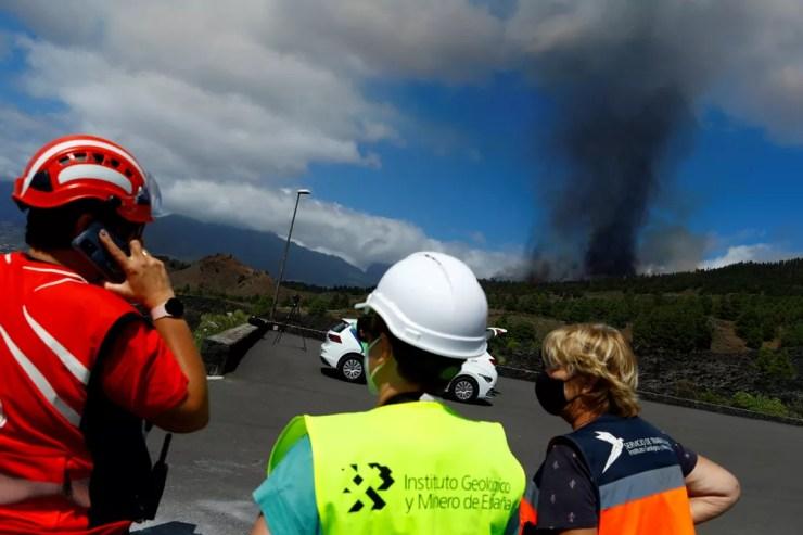 Uma nuvem de fumaça sobe após a erupção de um vulcão no Cumbre Vieja  — Foto: REUTERS/Borja Suarez