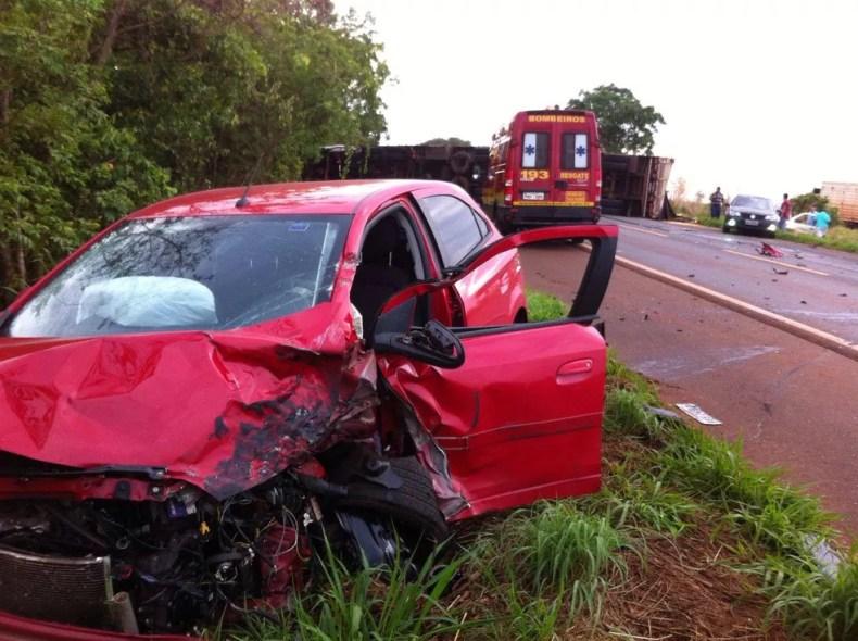 Segundo PRF, carro invadiu a contramão na BR-365 (Foto: Corpo de Bombeiros/Divulgação)