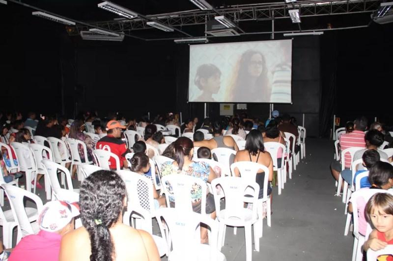 Famílias assistiram filme com direito a muita pipoca e refrigerante (Foto: Matheus Castro/Rede Amazônica)