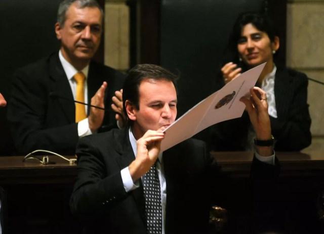 Eduardo Paes, prefeito reeleito do Rio em 2012, beija diploma recebido em cerimônia no TRE — Foto: Alexandre Durão/G1